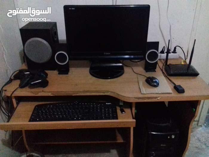 كومبيوتر مكتبي مع طاولتو